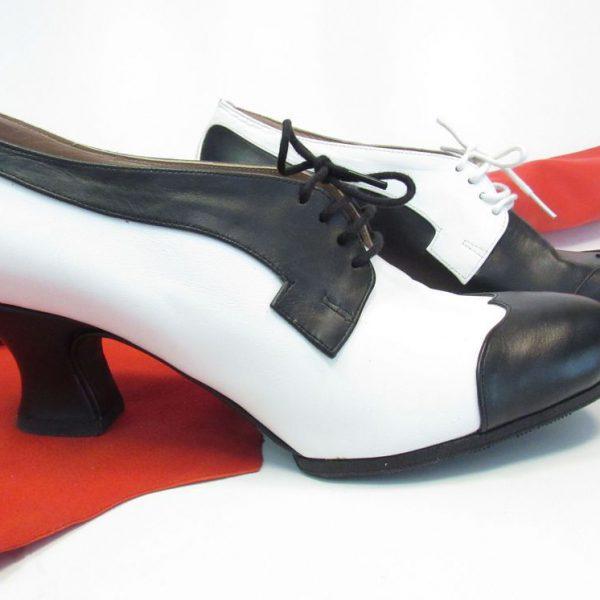 """Scarpa derby donna modello """"Black & White"""" del calzaturificio Le Mastro"""